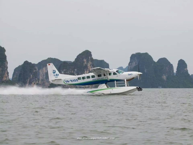 The Seaplane is landing in Halong water