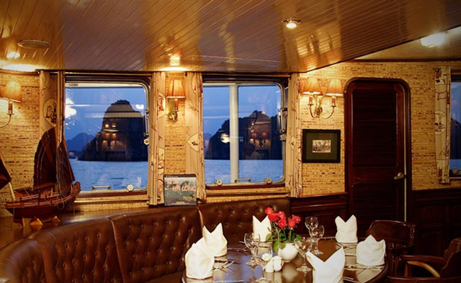 Halong emeraude boat with dinning room